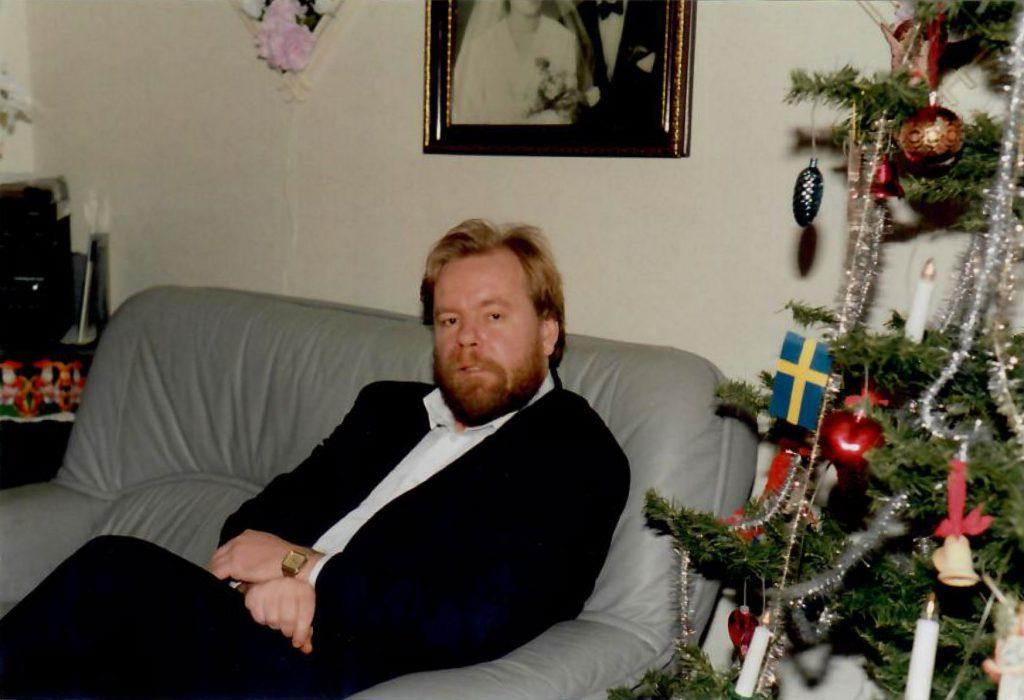 Jorma sitter i en soffa i jultider