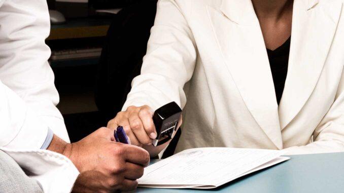 Försäkringskassan försvarar sig om vad som krävs vid sjukpenning